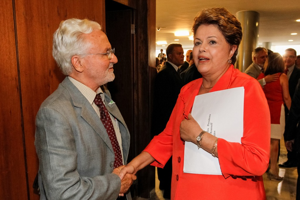 The letter with the signatures was personally delivered to Ms. Rousseff by well-known Brazilian civil society member Carlos A. Afonso - Photo: Roberto Stuckert Filho/PR.